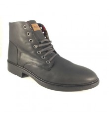 Young man boot laces Calzados España in black