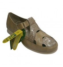 Closed type shoe woman sandal with openwork shovel Pitillos in beig
