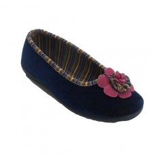 Manoletina woman with pink trim colors and moña Soca in navy blue