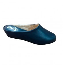 Woman leather slippers open back to be home DEISIDRO in navy blue