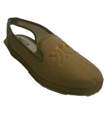 Soca em sandálias bege