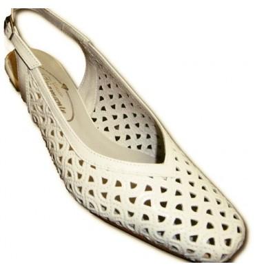 Zapatos calado abiertos atrás punta cerrada muy anchos Pomares Vazquez en blanco