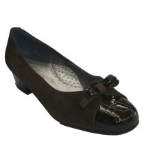 Sapatilhas camurça calcanhar e dedo do pé combinado com couro de crocodilo marrom escuro em Roldán