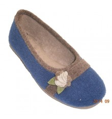 Closed flat shoe with flower on one side and edging in another tone Soca in blue