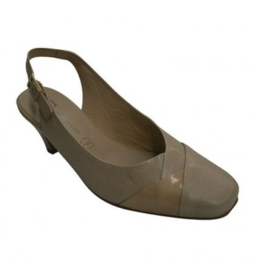 Zapato vestir mujer abierto atrás combinado con una tira de charol Pomares Vazquez en beig