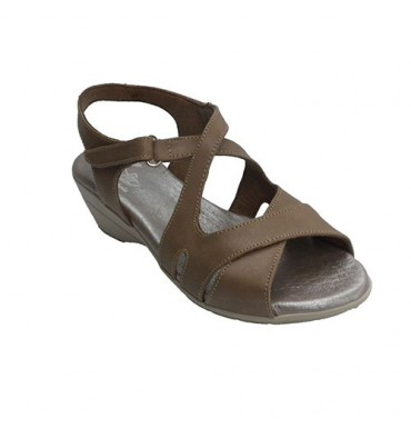 Woman with crossed straps sandal Clayan in brown